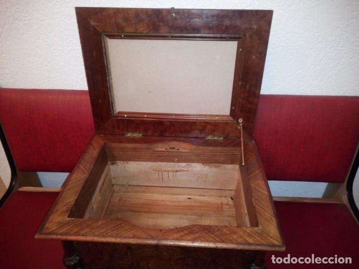 Antigüedades: Antiguo baúl cofre de despacho de madera de roble de raíz con incrustaciones y adornos de bronce. - Foto 16 - 189143608