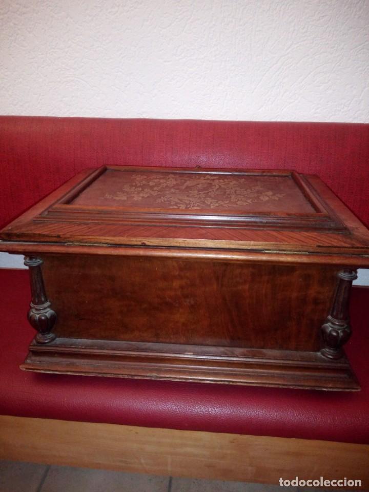 Antigüedades: Antiguo baúl cofre de despacho de madera de roble de raíz con incrustaciones y adornos de bronce. - Foto 20 - 189143608