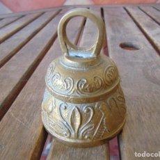 Antigüedades: CAMPANA CAMPANITA DE SERVICIO O SIMILAR EN BRONCE O METAL DECORACION TIPO EGIPCIA. Lote 189144548