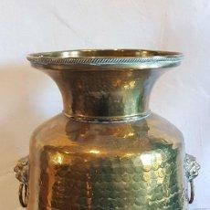 Antigüedades: JARRON DE LATON REPUJADO Y BRONCE. Lote 142115746