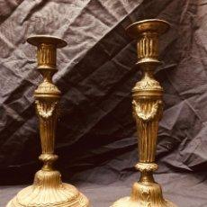 Antigüedades: PAREJA DE CANDELEROS BRONCE PLATEADO NEOCLASICISMO ÉPOCA CARLOS IV LUIS XVI S XVIII . Lote 189251738