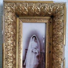 Antigüedades: ANTIGUO MARCO DE MADERA ESTUCADA, DORADA CON PAN DE ORO Y FOTOGRAFÍA DE COMUNIÓN PRINCIPIOS SIGLO XX. Lote 189299223