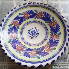 Antigüedades: ANTIGUO PLATO CERÁMICA DECORADO FLORES FIRMADO F .R. PEÑA MIDE 22,5 CM DE DIAMETRO. Lote 189300632