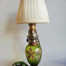 Antigüedades: LAMPARA SOBREMESA QUINQUÉ VIDRIO VERDE PINTADO. Lote 189319880