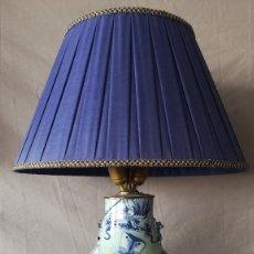 Antigüedades: LAMPARA SOBREMESA JARRON PORCELANA AZUL MOTIVOS ORIENTALES. Lote 189320180