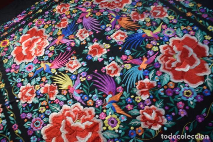 Antigüedades: manton de Manila, seda bordada a mano rosas grandes - Foto 8 - 189377005
