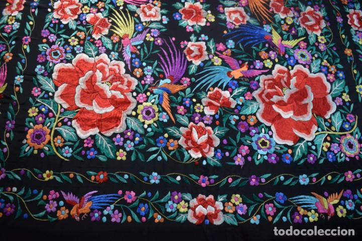 Antigüedades: manton de Manila, seda bordada a mano rosas grandes - Foto 2 - 189377005