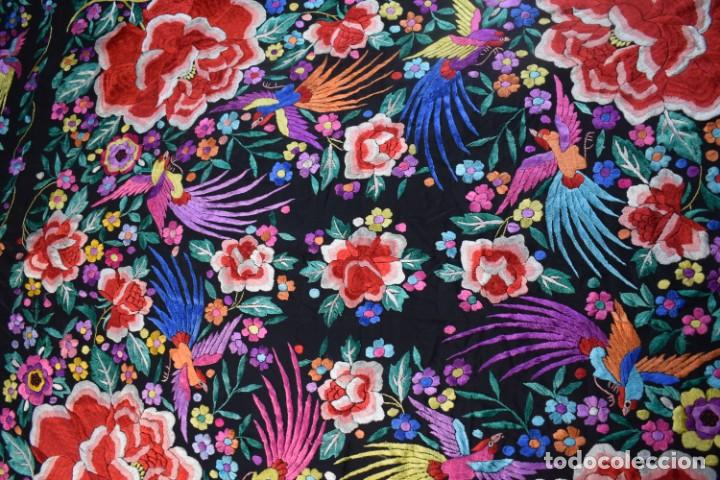 Antigüedades: manton de Manila, seda bordada a mano rosas grandes - Foto 4 - 189377005