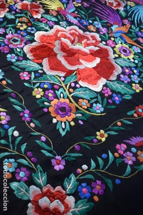 Antigüedades: manton de Manila, seda bordada a mano rosas grandes - Foto 5 - 189377005