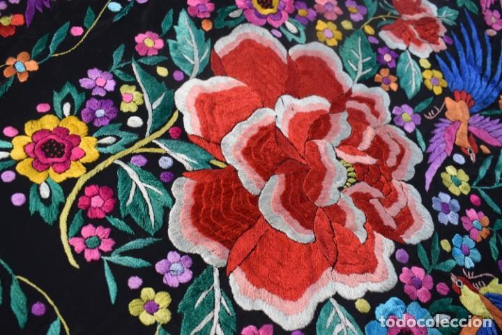 Antigüedades: manton de Manila, seda bordada a mano rosas grandes - Foto 6 - 189377005