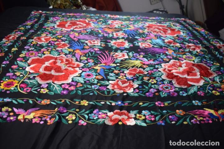 Antigüedades: manton de Manila, seda bordada a mano rosas grandes - Foto 7 - 189377005