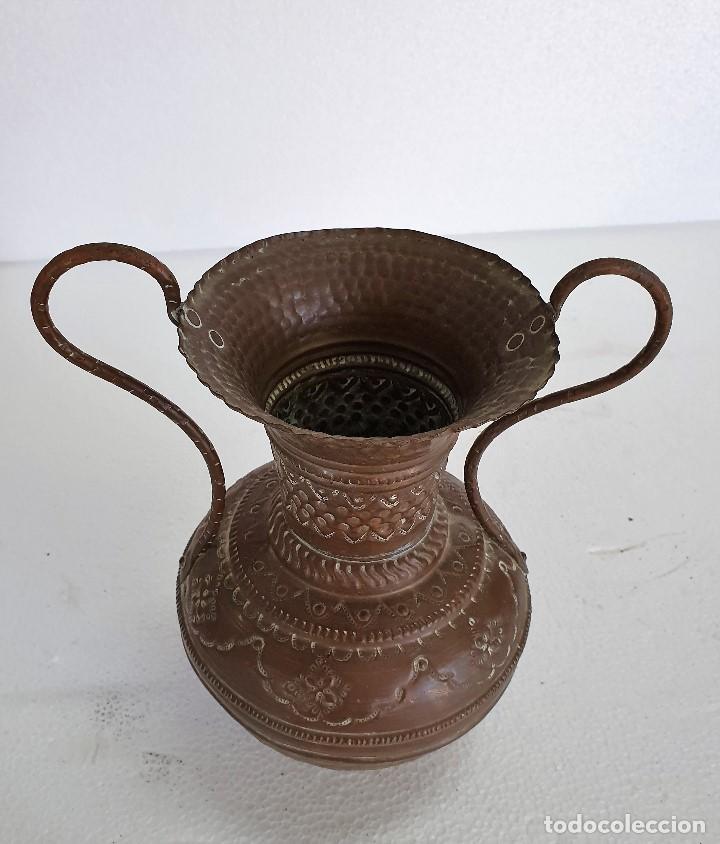 Antigüedades: ANTIGUO JARRO METAL REPUJADO - Foto 2 - 189386130