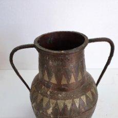 Antigüedades: ANTIGUO JARRON DE COBRE Y METAL. Lote 189386225