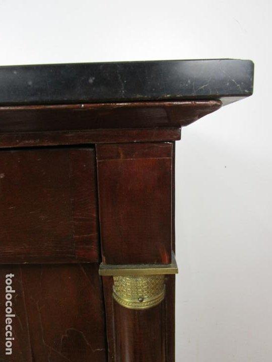 Antigüedades: Cómoda Imperio - Francia - Madera de Caoba - Tiradores de Bronce - Mármol Negro - Principios S. XIX - Foto 6 - 189397571