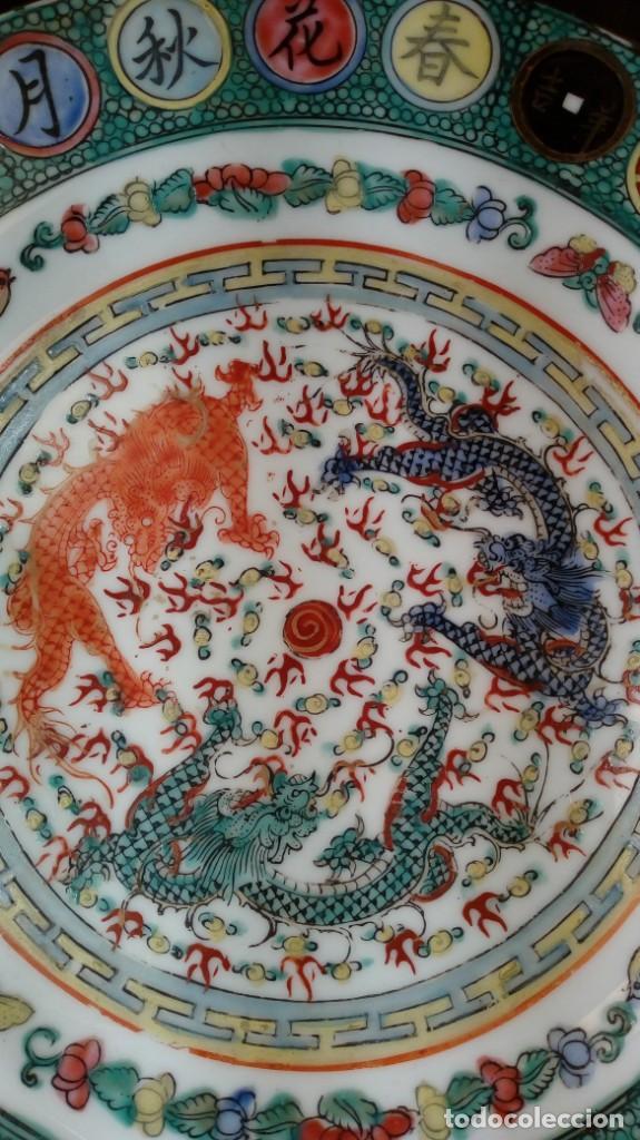 Antigüedades: PLATO CHINO. DECORACIÓN SIMBÓLICA Y DRAGONES. PORCELANA, ESMALTES Y ORO. SELLADO. 1er. CUARTO XX. - Foto 2 - 189417155