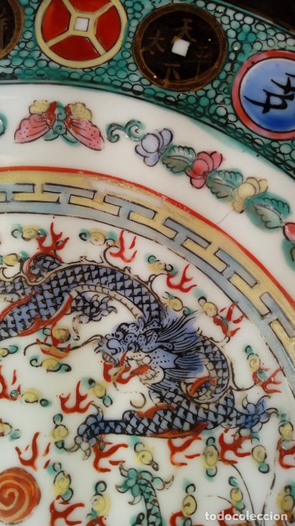Antigüedades: PLATO CHINO. DECORACIÓN SIMBÓLICA Y DRAGONES. PORCELANA, ESMALTES Y ORO. SELLADO. 1er. CUARTO XX. - Foto 3 - 189417155