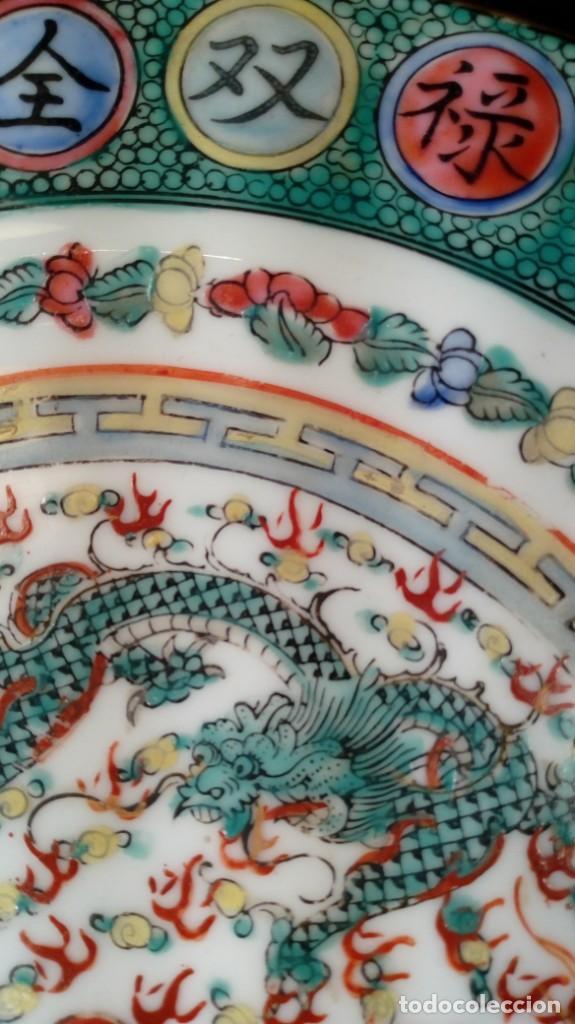 Antigüedades: PLATO CHINO. DECORACIÓN SIMBÓLICA Y DRAGONES. PORCELANA, ESMALTES Y ORO. SELLADO. 1er. CUARTO XX. - Foto 4 - 189417155