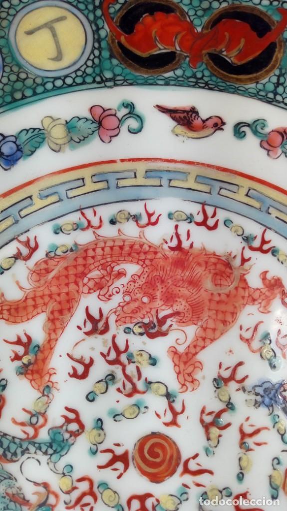 Antigüedades: PLATO CHINO. DECORACIÓN SIMBÓLICA Y DRAGONES. PORCELANA, ESMALTES Y ORO. SELLADO. 1er. CUARTO XX. - Foto 5 - 189417155
