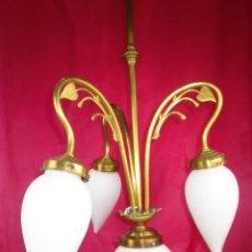 Antigüedades: PRECIOSA LAMPARA ANTIGUA ART DECO EN LATON Y TULIPAS BLANCAS OPALINA OPACA . Lote 189440277