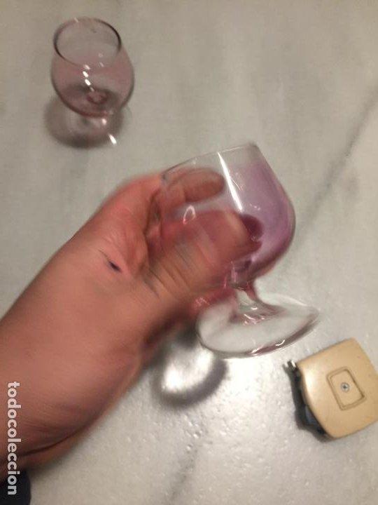 Antigüedades: Antiguas 2 copa / copas de cristal color lila para chupito de los años 50-60 - Foto 3 - 189477707