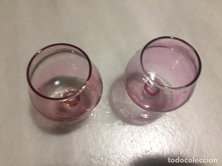 Antigüedades: Antiguas 2 copa / copas de cristal color lila para chupito de los años 50-60 - Foto 6 - 189477707