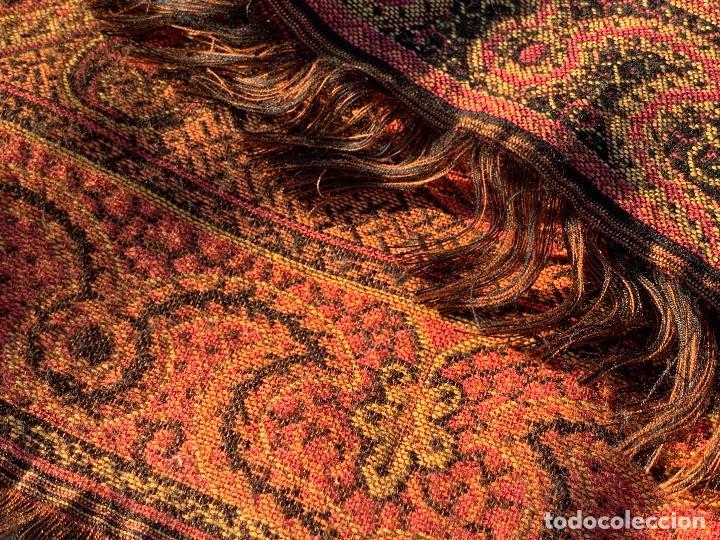 Antigüedades: Magnifico manton antiguo adamascado. Mide 140x50cms aprox - Foto 2 - 189483672