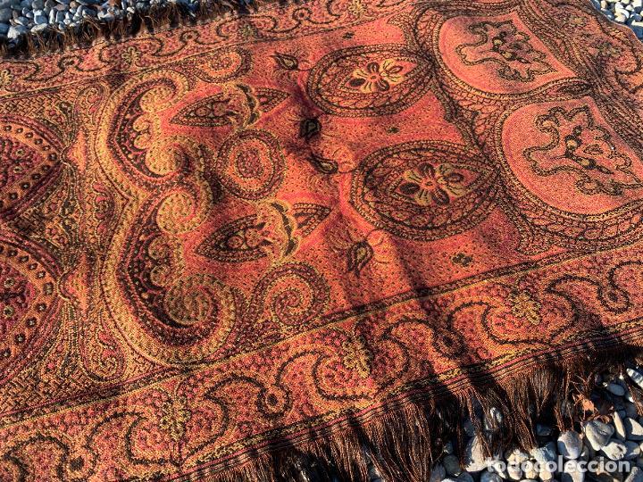 Antigüedades: Magnifico manton antiguo adamascado. Mide 140x50cms aprox - Foto 5 - 189483672