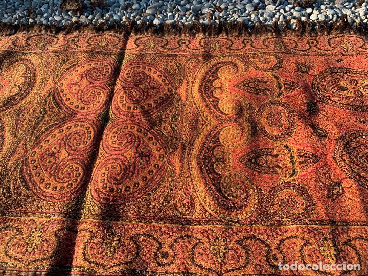 Antigüedades: Magnifico manton antiguo adamascado. Mide 140x50cms aprox - Foto 7 - 189483672