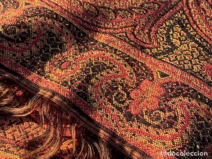 Antigüedades: Magnifico manton antiguo adamascado. Mide 140x50cms aprox - Foto 8 - 189483672