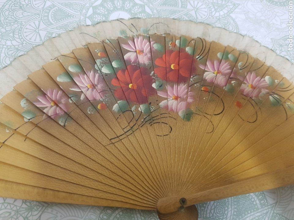 Antigüedades: Abanico madera y tela pintado a mano motivos florales - Foto 2 - 189499631