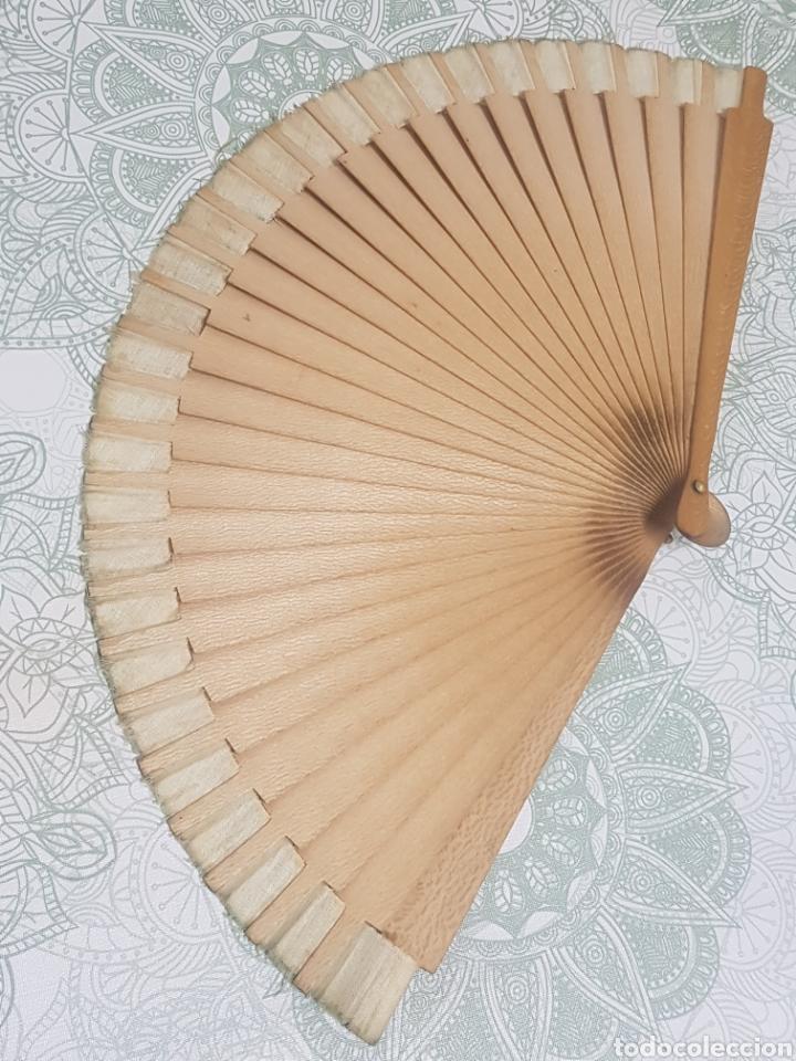 Antigüedades: Abanico madera y tela pintado a mano motivos florales - Foto 3 - 189499631
