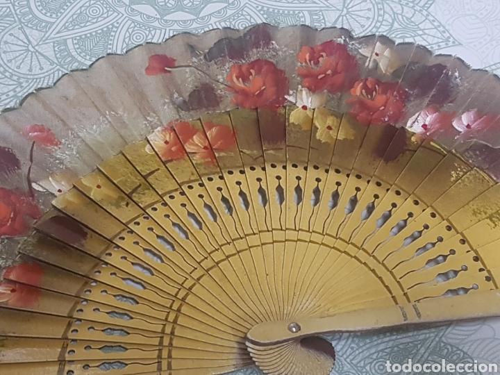 Antigüedades: Abanico madera y tela pintado a mano motivos florales - Foto 2 - 189500266