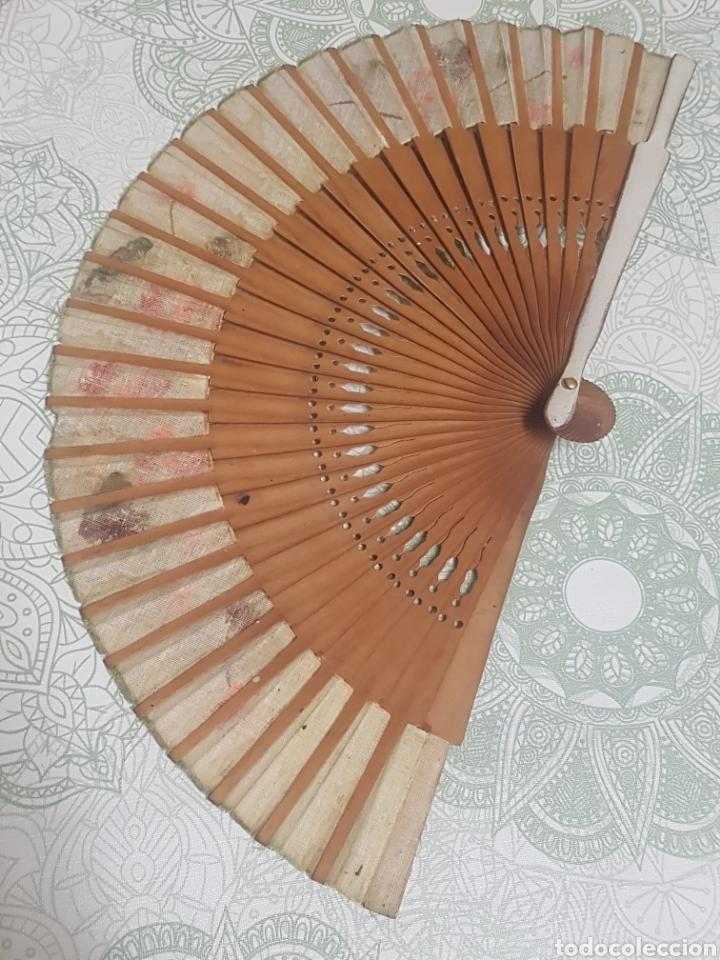 Antigüedades: Abanico madera y tela pintado a mano motivos florales - Foto 3 - 189500266