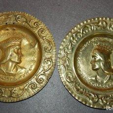 Antigüedades: PAREJA DE PLATOS DE LATON REPUJADOS REYES CATOLICOS AÑOS 30/40. Lote 189518331