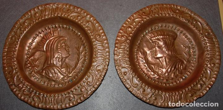PAREJA DE PLATOS DE COBRE REPUJADOS REYES CATOLICOS PRINCIPIOS DEL SIGLO XX (Antigüedades - Hogar y Decoración - Platos Antiguos)