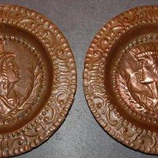 Antigüedades: PAREJA DE PLATOS DE COBRE REPUJADOS REYES CATOLICOS PRINCIPIOS DEL SIGLO XX. Lote 189518553