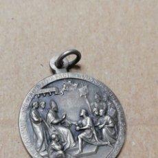 Antigüedades: BONITA MEDALLA-COLGANTE RELIGIOSA CON ESCRITURA EN LATÍN... Lote 189519182
