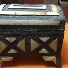 Antigüedades: JOYERO EN MADERA, HUESO Y LATON PRINCIPIOS SXX. Lote 189520658