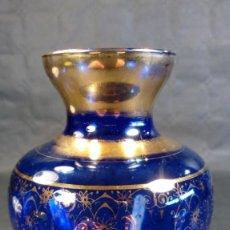 Antigüedades: JARRÓN EN CRISTAL AZUL. ORNAMENTOS AL ORO FINO. BOHEMIA. CHECOSLOVAQUIA. AÑOS 40.. Lote 189619867