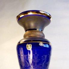 Antigüedades: JARRÓN EN CRISTAL BOHEMIA AZUL PARCIALMENTE MATIZADO,TEXTURADO Y GRABADO AL ÁCIDO. ETIQUETA.AÑOS 40. Lote 189620256