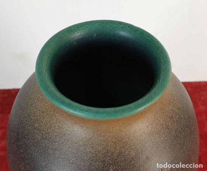 Antigüedades: JARRÓN EN CERÁMICA ESMALTADA. DECORADO A MANO. SERRA. SIGLO XX. - Foto 2 - 189726502