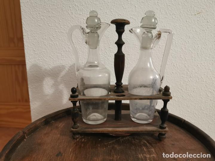 ANTIGUA ACEITERA CON SOPORTE DE MADERA (Antigüedades - Cristal y Vidrio - Catalán)