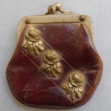 Antigüedades: ANTIGUO MONEDERO ART DECO PARA MUÑECA - PIEL Y FLORES METÁLICAS. Lote 189760230