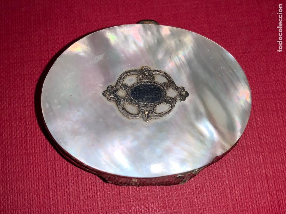 Antigüedades: Antiguo monedero-pastillero en Nácar y plata. Finales de siglo XIX - Foto 3 - 189815962
