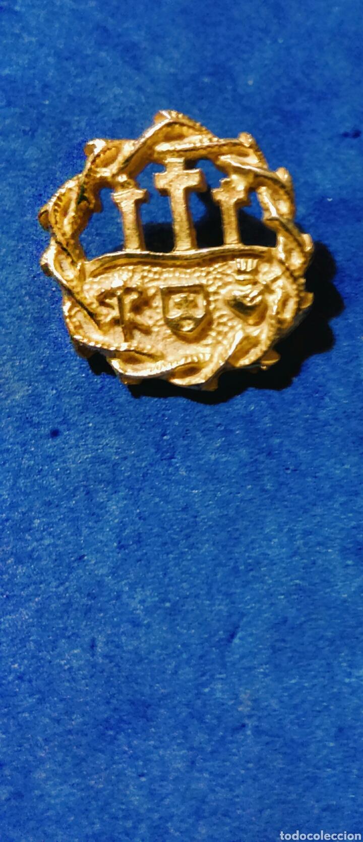 PIN ESCUDO CORONA RELIGIOSO TRES CRUCES CORAZÓN DORADO (Antigüedades - Religiosas - Varios)