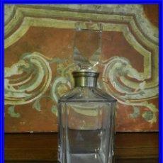 Antigüedades: BOTELLA LICORERA CON FORMAS RECTAS MUY BONITA Y CUELLO DE PLATA. Lote 190062713