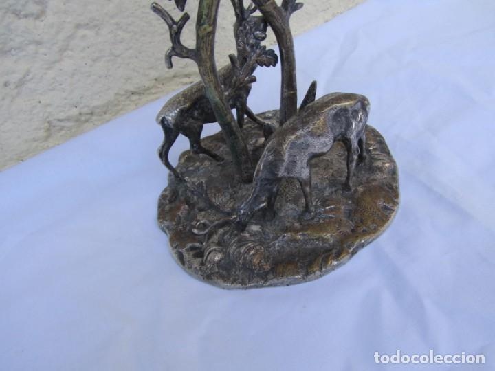 Antigüedades: Portavelas de latón bañado con base con figuras de ciervos, 36 cm de altura - Foto 3 - 190078090