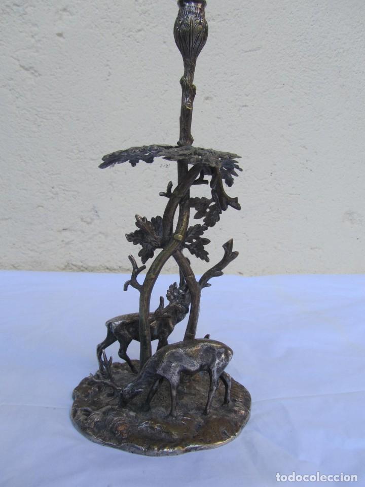 Antigüedades: Portavelas de latón bañado con base con figuras de ciervos, 36 cm de altura - Foto 5 - 190078090