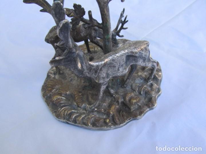Antigüedades: Portavelas de latón bañado con base con figuras de ciervos, 36 cm de altura - Foto 14 - 190078090