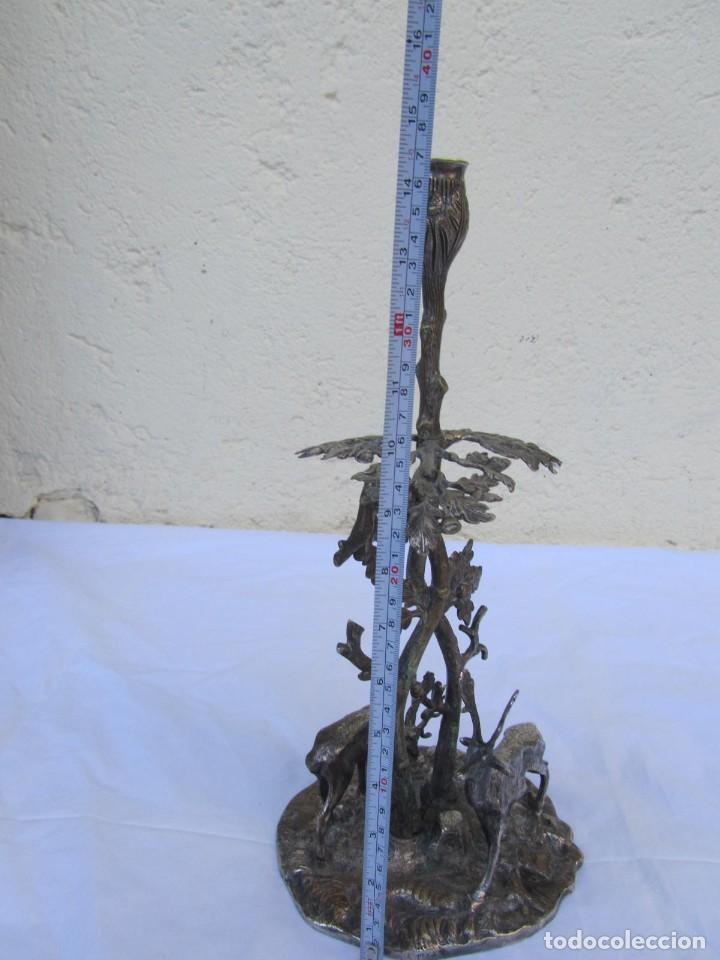 Antigüedades: Portavelas de latón bañado con base con figuras de ciervos, 36 cm de altura - Foto 15 - 190078090